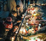 Deuil dans des habitants de Strasbourg rendant hommage à la place kilolitre de victimes photographie stock libre de droits