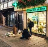 Deuil dans des habitants de Strasbourg versant l'hommage sur des victimes de Terro photos libres de droits