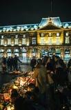 Deuil dans des habitants de Strasbourg versant l'hommage sur des victimes de Terro image stock