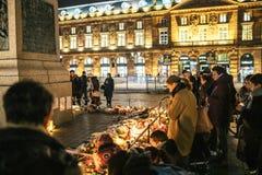 Deuil dans des habitants de Strasbourg versant l'hommage sur des victimes de Terro images stock