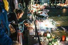 Deuil dans des habitants de Strasbourg versant l'hommage sur des victimes de Terro photos stock