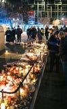 Deuil dans des habitants de Strasbourg versant l'hommage sur des victimes de Terro photographie stock libre de droits