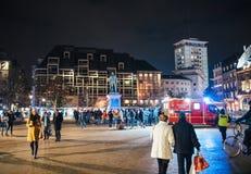 Deuil dans des habitants de Strasbourg versant l'hommage sur des victimes de Terro images libres de droits