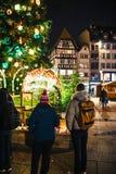 Deuil dans des habitants de Strasbourg versant l'hommage sur des victimes de Terro photo libre de droits
