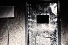 Deur aan de donkere gevangeniscel Royalty-vrije Stock Afbeeldingen