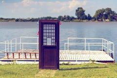 deur aan een meer Stock Fotografie