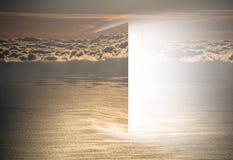 Deur aan hemel met overzees en zon stock fotografie