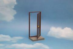 Deur aan nieuwe wereld Open deur op blauwe zonnige hemel met pluizige wolken Stock Foto's