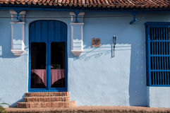 Deur bij koloniaal Cubaans huis stock foto's