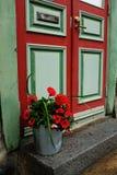 Deur, brievenbus en een emmer van bloemen Stock Afbeelding