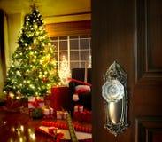Deur die in een woonkamer van Kerstmis opent Stock Foto's