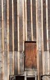 Deur in een houten muur stock afbeelding