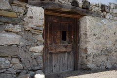 Deur in een landbouwbedrijf in de bergen van southtyrolitalië Het landelijke Leven Stock Fotografie