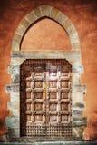 Deur in een oranje grunge muur stock foto's