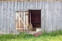 Deur in een oude schuur Stock Foto's