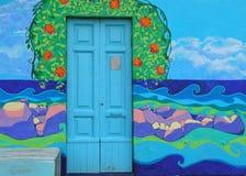 Deur en geschilderde muur royalty-vrije stock fotografie