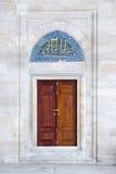 Deur en tegel panet in Fatih Mosque, Istanboel, Turkije Royalty-vrije Stock Fotografie