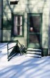 Deur en venster op zonnige de winterdag Royalty-vrije Stock Foto's
