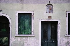 Deur en venster van een Huis in Burano, Venetië, ITALIË royalty-vrije stock afbeelding