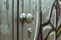 Deur in graffiti wordt behandeld die Royalty-vrije Stock Foto's
