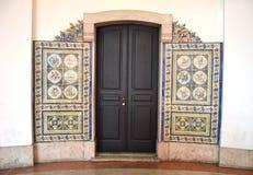 Deur met azulejotegels die wordt verfraaid Stock Foto