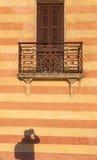Deur met balkon in Venetiaanse stijl op Verona Royalty-vrije Stock Afbeelding