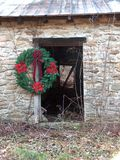 Deur met de Kroon van Kerstmis stock afbeelding