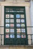 Deur met Decoratieve en Kleurrijke Met de hand gemaakte Geregelde Tegels Stock Foto