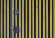 Deur met gele verticale strepenclose-up Royalty-vrije Stock Afbeeldingen