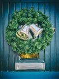 Deur met Kerstmiskroon Royalty-vrije Stock Foto's