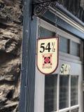 Deur tegen een trap, in het midden van twee niveaus in de straten van de Oude Stad van Quebec, Canada weg wordt geplooid dat stock foto's