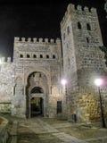 Deur van Alfonso zesde bij nacht in muur van Toledo stock afbeeldingen