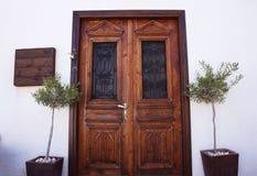 Deur van donker hout in Cyprus Stock Afbeeldingen