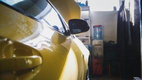 Deur van gele auto in de garage autodienst - voor het herstellen Royalty-vrije Stock Fotografie