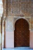 Deur van Hof van de Leeuwen in Alhambra in Granada, Spanje stock afbeelding