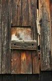 Deur van hout wordt, door het weer wordt geruïneerd gemaakt dat stock foto