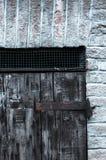Deur van houten panelen in een landelijk huis, Italië wordt gemaakt dat stock foto's