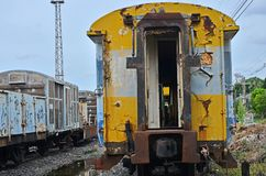 Deur van oud compartiment van de trein bij station stock foto's