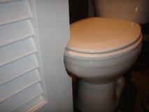 Deurbesnoeiing om ruimte voor toilet te maken Stock Afbeeldingen