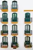 Deuren en het ontwerp van het balkonpatroon openlucht Stock Afbeeldingen