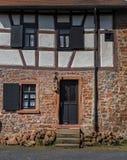 Deuren en vensters op een helft-betimmerd huis stock foto