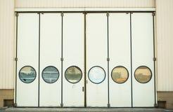 Deuren met ronde vormvensters stock foto