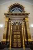 Deuren van de bak van gesneden hout die de Torah-rollen in Voronezh-Synagoge houden stock foto's