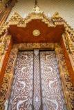 Deuren van kerk in tempel, Thailand Stock Foto