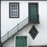 Deuren, vensters en treden op het eiland van de Azoren Stock Foto's