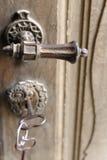 Deurhandvat en sleutel in oude versterkte kerk stock afbeelding