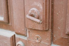 Deurknop op de oude rode deur stock afbeeldingen
