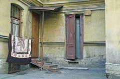 Deuropening aan oud flatgebouw Stock Fotografie