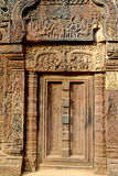 Deuropening in Angkor Wat- Kambodja stock foto's