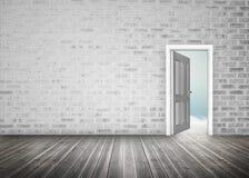 Deuropening die voor blauwe hemel in grijze bakstenen muurruimte openen Royalty-vrije Stock Foto's